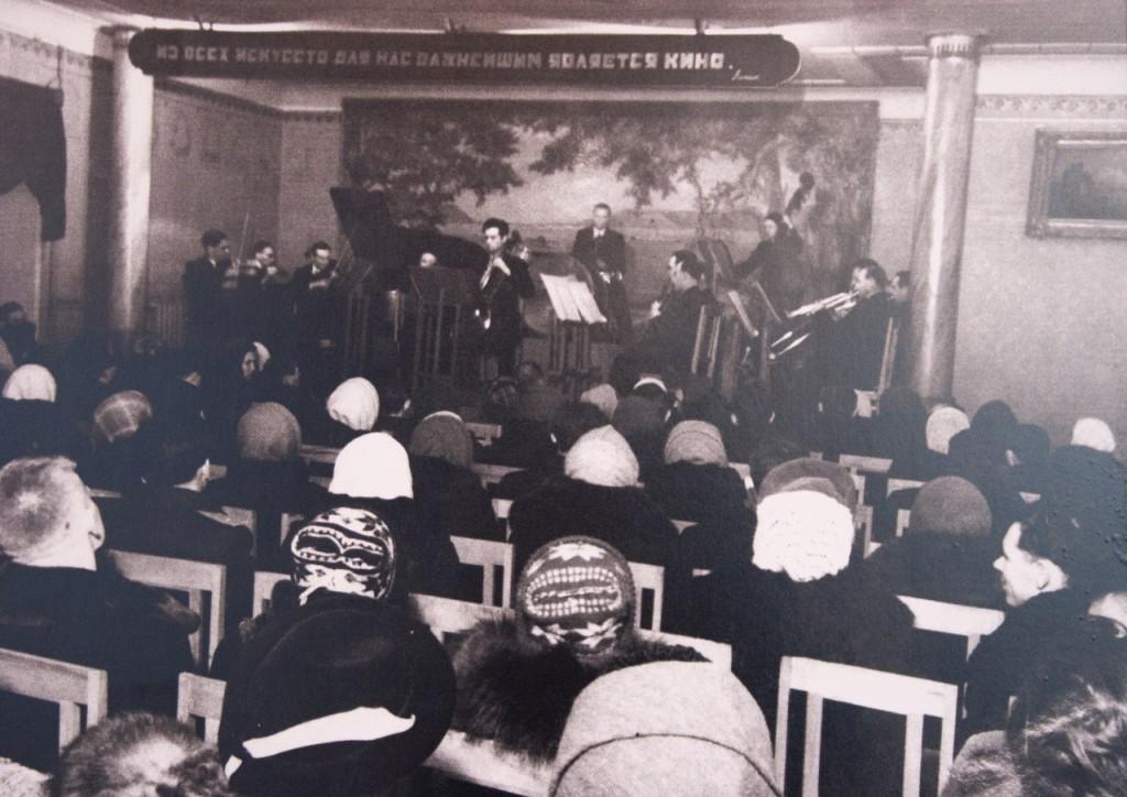 Выступление в концертном фойе 1958