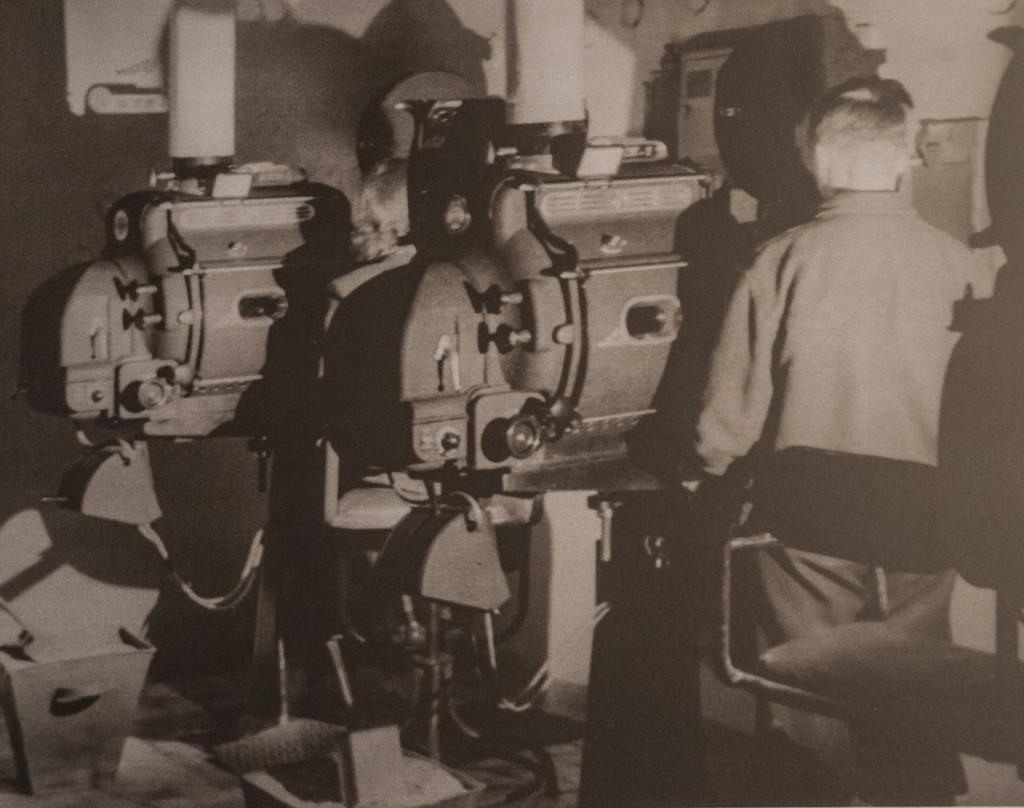 Киномеханик за работой в киноаппаратной.1952 год.
