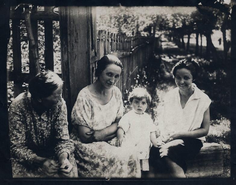 Зубчаниновка. Семья Абызовых. 12 июня 1933 года. Фото с форума vgd.ru