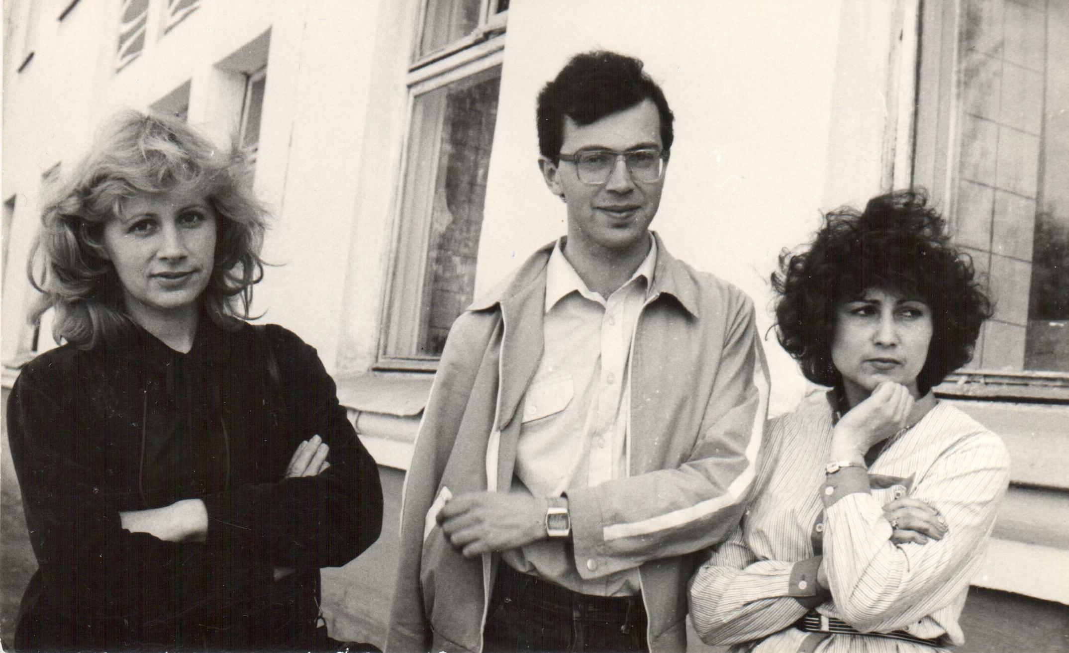 Ирина Труханова, Сергей Федоров, Людмила Круглова возле дома печати