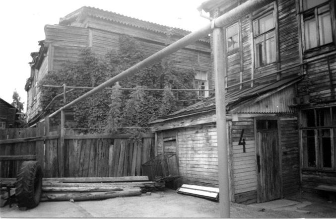 Справа - бывший доходный дом или дом Оли Бирюковой, конец 1990-х годов.