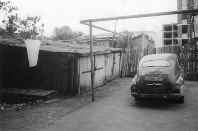 Сараи и машина Мишки Варсобы, конец 1990-х годов.