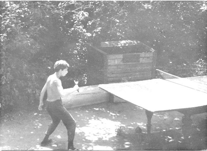 На заднем плане - сиреневые кусты, лето, 1960-е годы.