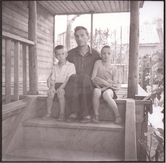 Крыльцо терраски, мой отец и старшие братья, лето, 1955 год