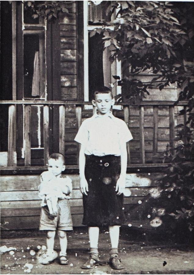 Сзади виден выход из нашей комнаты на терраску, примерно 1958 год.