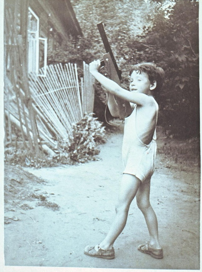 Сзади видна сиреневая аллея, примерно 1960 год.