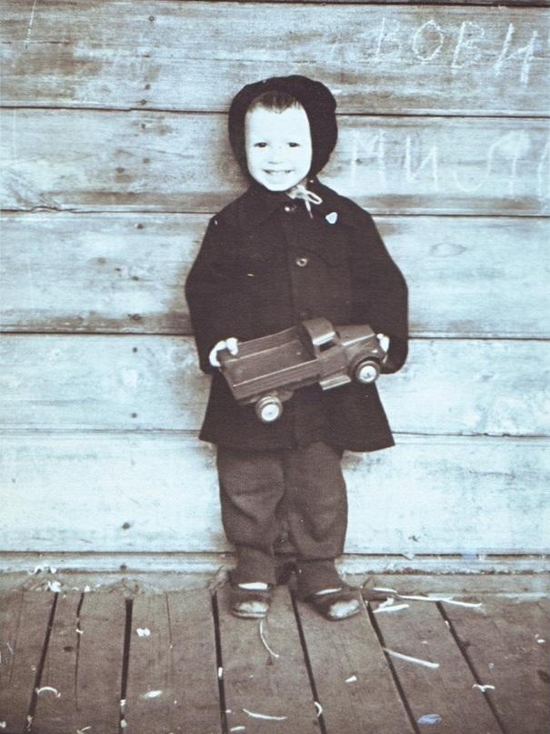 Сзади видны доски терраски, примерно 1958 год.