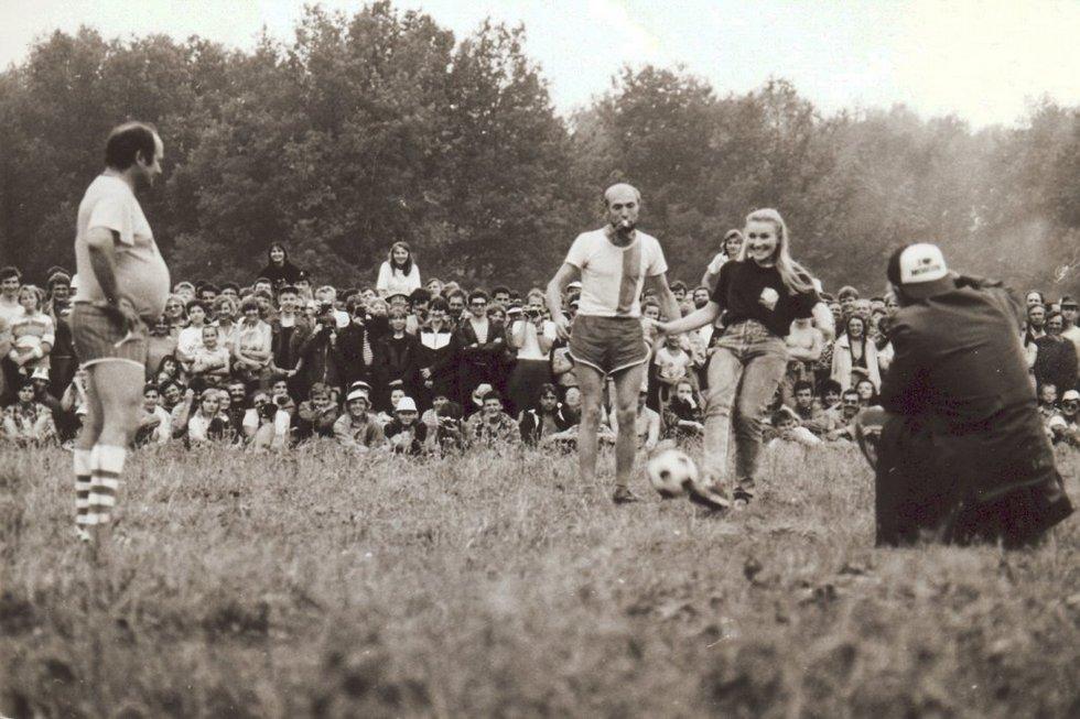 Галина Хомчик вводит мяч в игру. Начало 80-х. Источник: http://grushinka.ru/