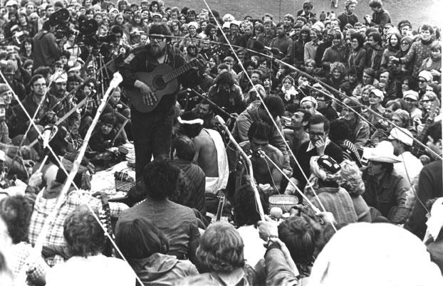 """Чайхана на Грушинском. Середина 70-х годов. """"Ай дую пиво эври дэй..."""" - исполняет Баранов из Караганды. Источник фото: http://ak-su.livejournal.com/50786.html"""