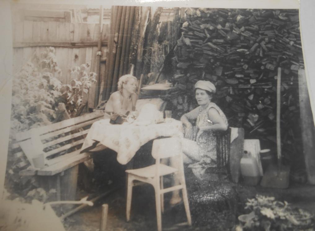 Отдыхающие дачницы. Фото из личного архива автора.