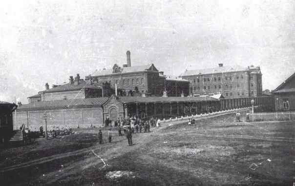 Любопытный факт: тюрьмы располагались в приспособленных помещениях. Их брали в аренду  у домовладельцев и купцов. Как правило, это были подвалы деревянных домов. Сидельцев было немного -- до 40 человек. Конечно, ни о каких режимных требованиях речи не шло, побеги были частыми.