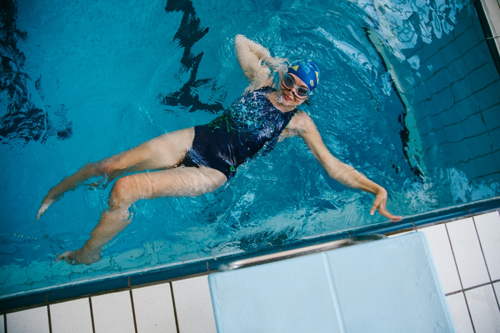 Одна девушка и куча мужиков в бассейне фото 329-347