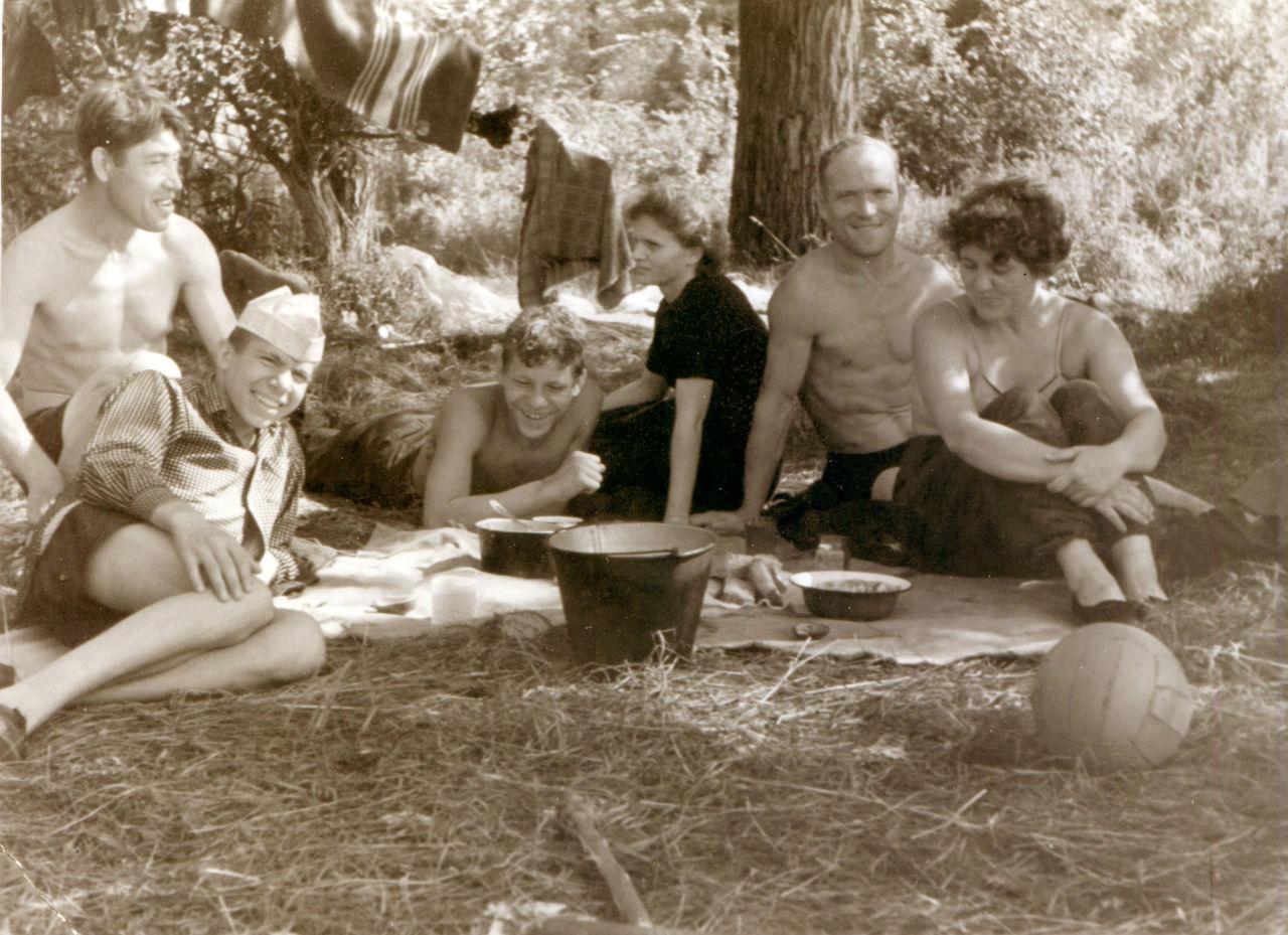 Смотреть семейный нудизм ретро фото, Нудисткий пляж ретро » Эротика фото и голых девушек 3 фотография