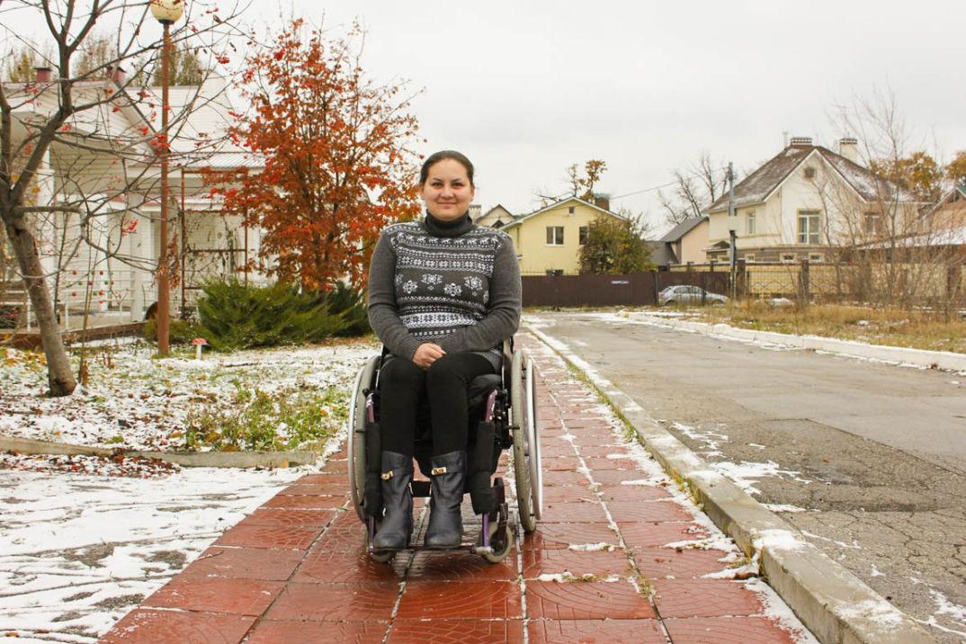 Юлия Ломкина. работает в коммерческой организации менеджером- консультантом. На работу ездит на машине.