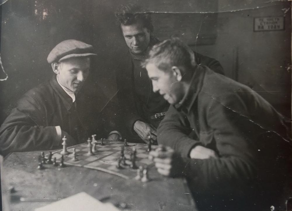 С. Чевардин за шахматами