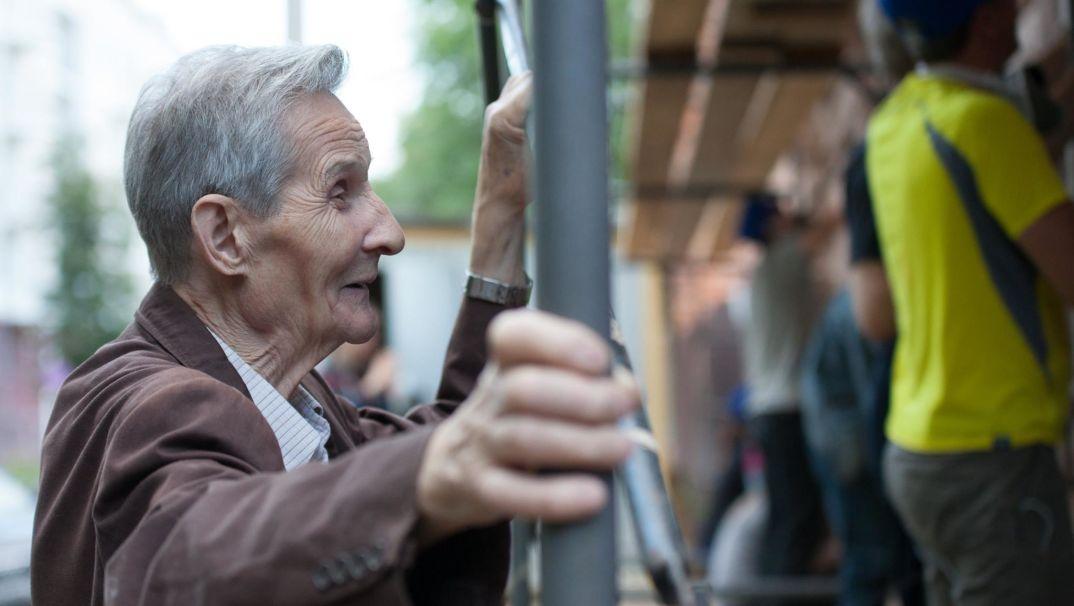Житель дома Печникова работает вместе с волонтерами. Фото из группы ТСФ в Фб