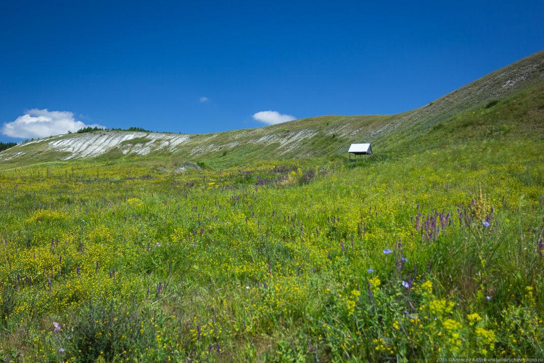 На одном из склонов имеется обустроенный родник, в котором можно пополнить запасы холодной воды.