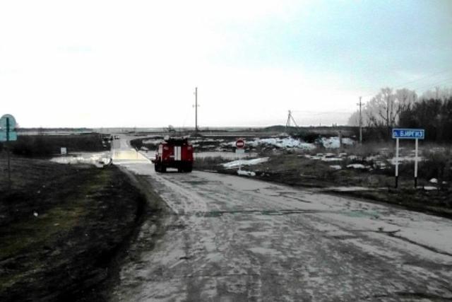 ВПестравском районе поднявшаяся вреке Большой Иргиз вода подтопила мост