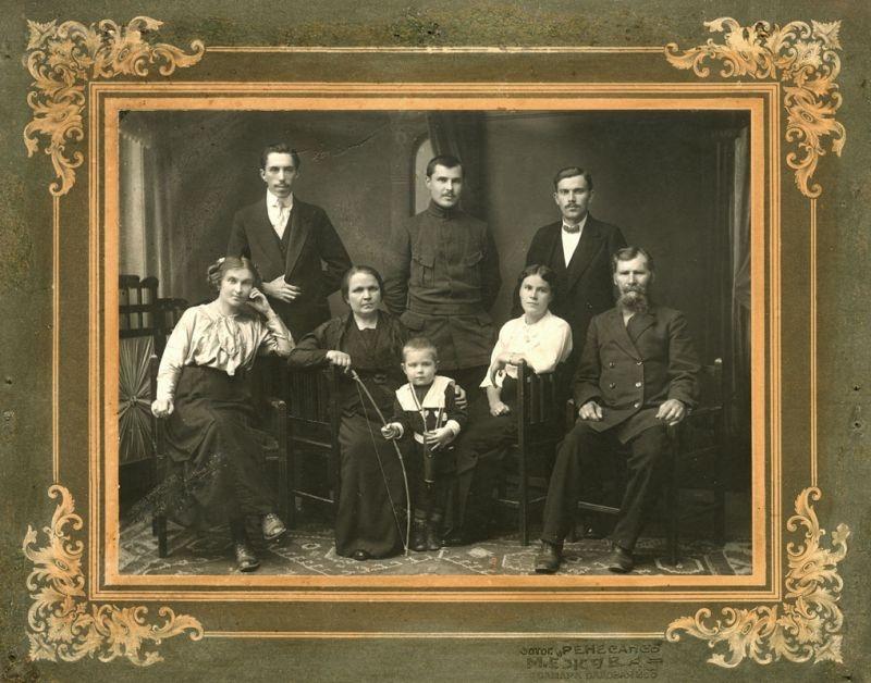 Михаил Герасимов в окружении родных и близких