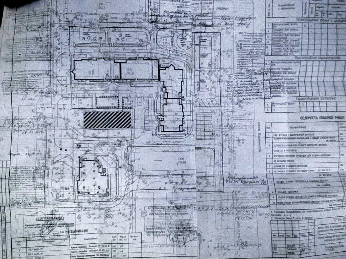На плане – заштрихованный прямоугольник (пятиэтажка), одноподъездная высотка в центре и высотный 4-х секционный дом.