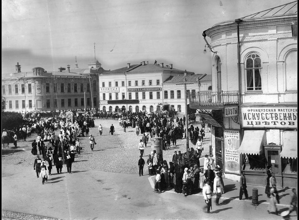 1906 год похороны губернатора Ивана Блока. Процессия проходит мимо бывшего дома Аннаева.