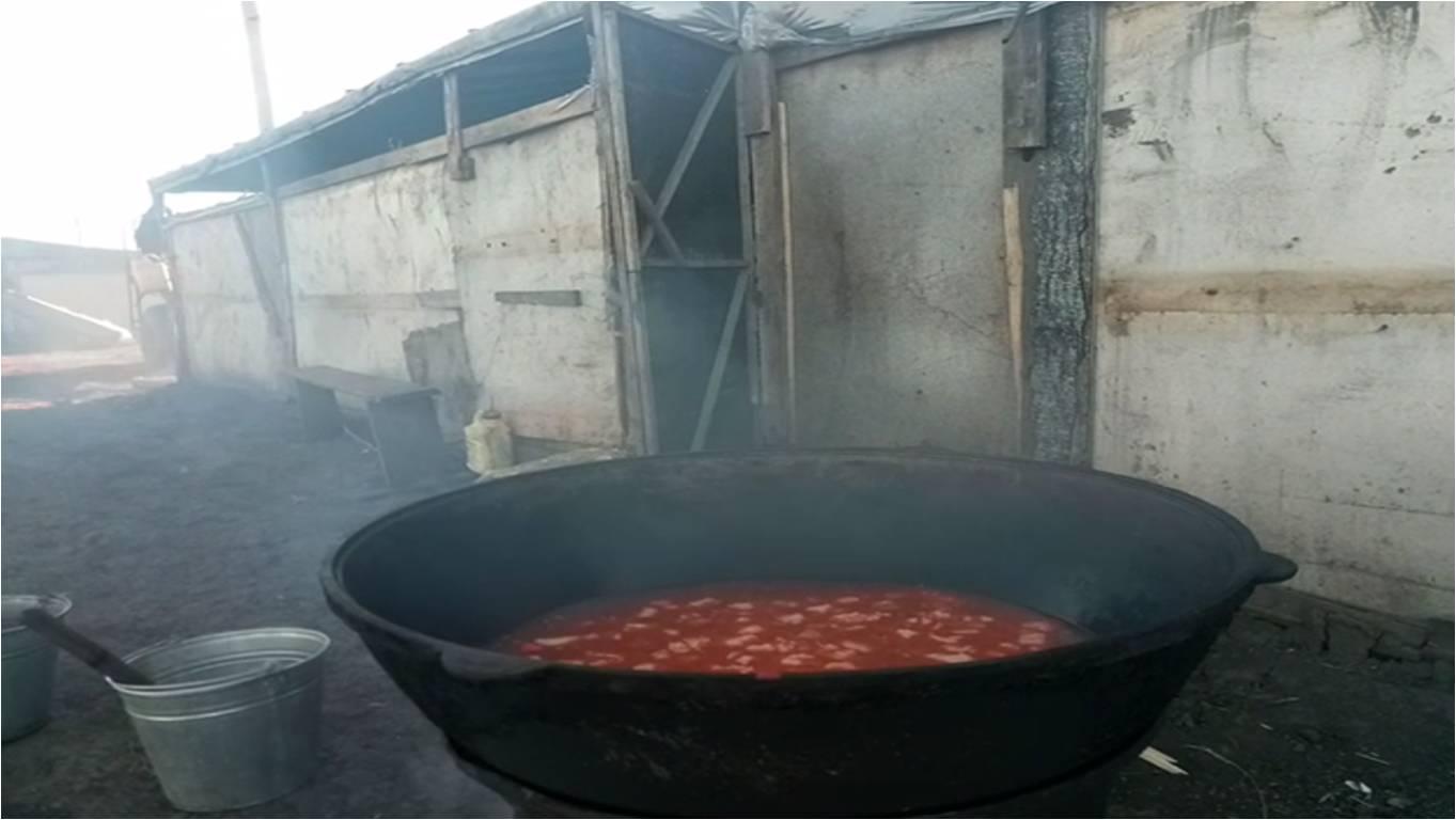 Бараки в поле под Самарой. В котле - еда для 34 человек