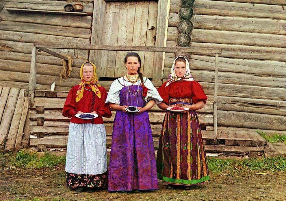 01_Krestyanskie_devushki_Vologodskaya_gub__1909