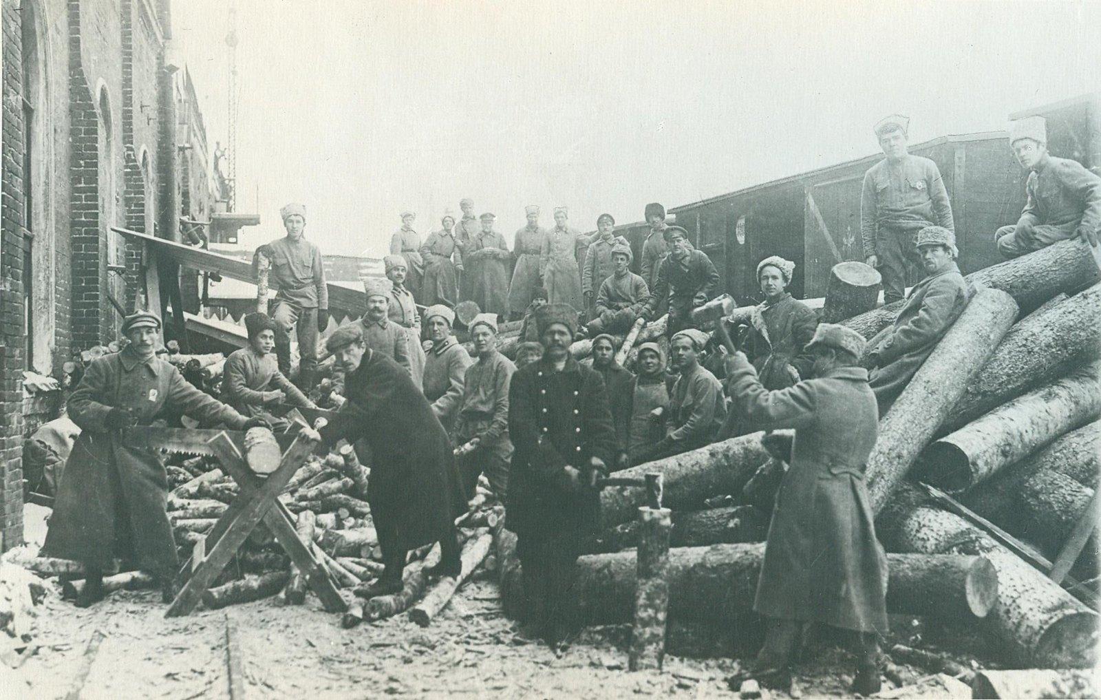 08_Pervy_kommunisticheskiy_subbotnik_na_Kazanskom_vokzale_v_Moskve_Zagotovka_drov_1919_god
