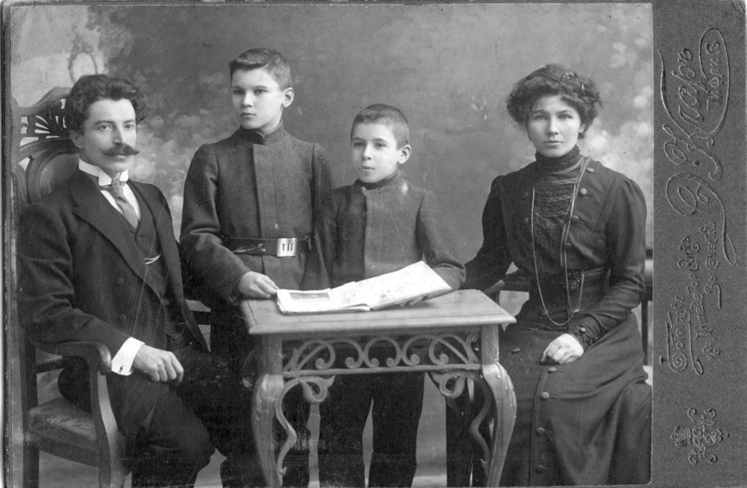 04_Semya_Spasskikh_Dmitriy_Iosifovich_Sergey_Evgeniy_Ekaterina_Evgenyevna_Tiflis_1910-e_gody