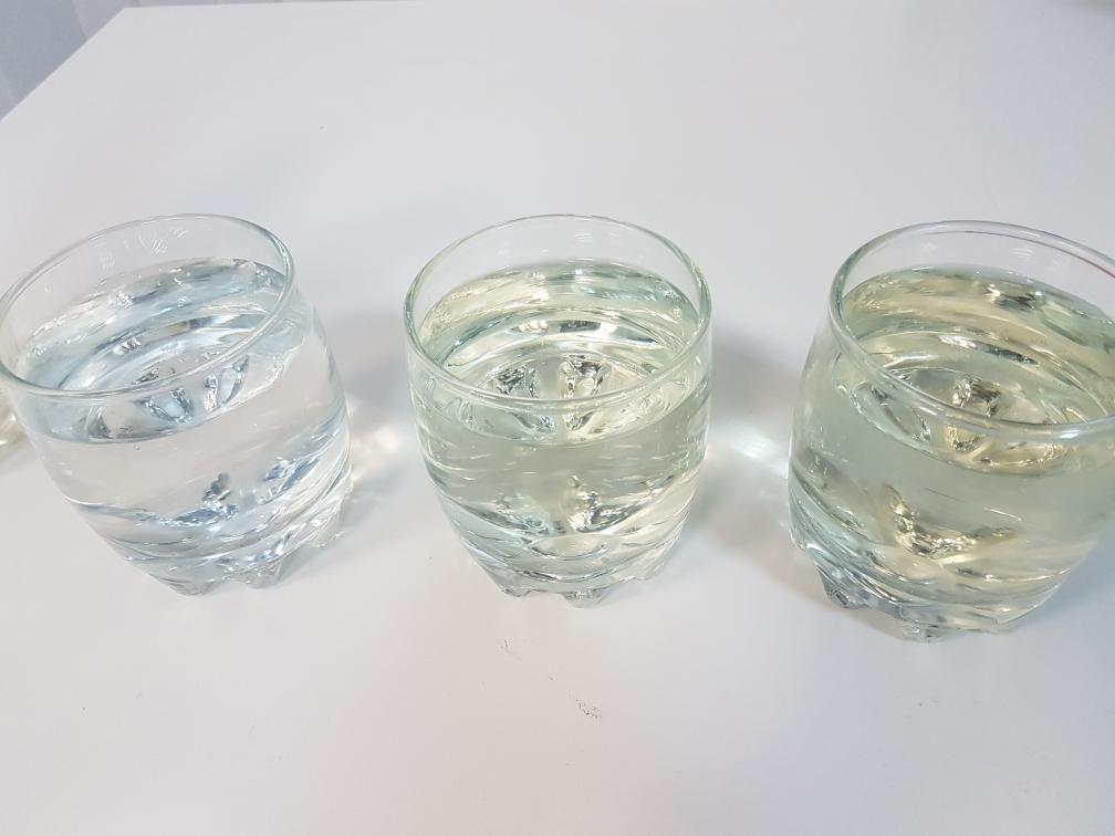 Слева направо: образец воды из артезианской скважины, из-под крана в Промышленном районе Самары, из Волги