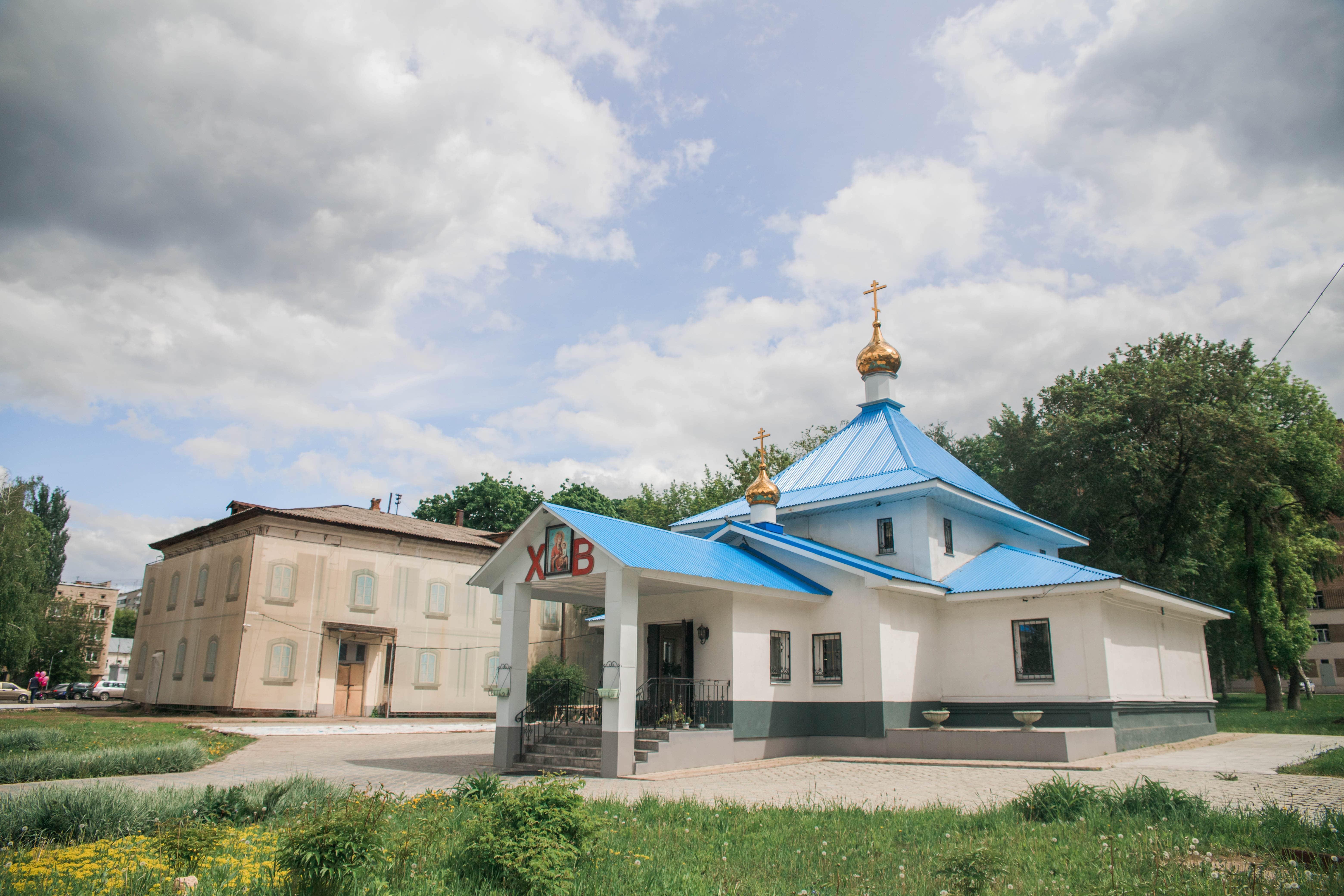 Дореволюционное здание на территории Пироговки и храм