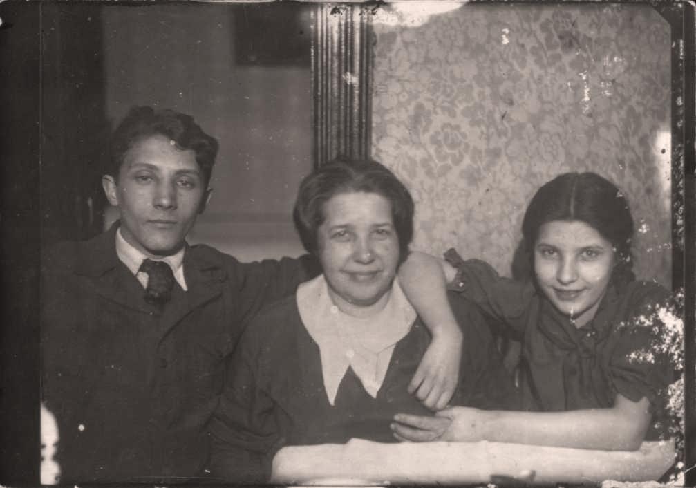 01 Роза Натанзон (крайняя справа) с мамой Любовью Константиновной и братом Овсеем. Москва, 1940 г.