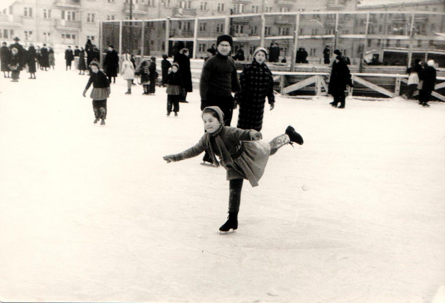 Каток в Подлипках,начало60-х годов. Дмитрий Ильич Козлов с женой (справа) и дочерью Ольгой.