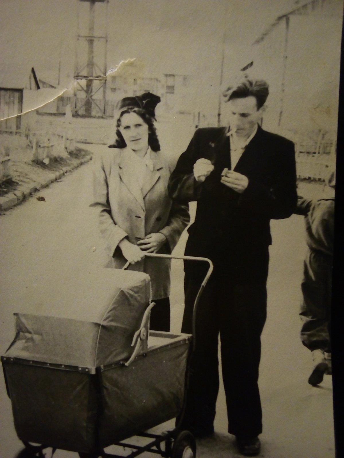 1956 год родители со мной во дворе на металлурге