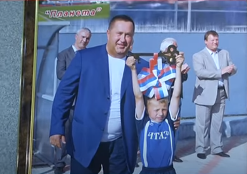 Павел Андреев за спиной Лалакина фото с открытия стадиона планета2