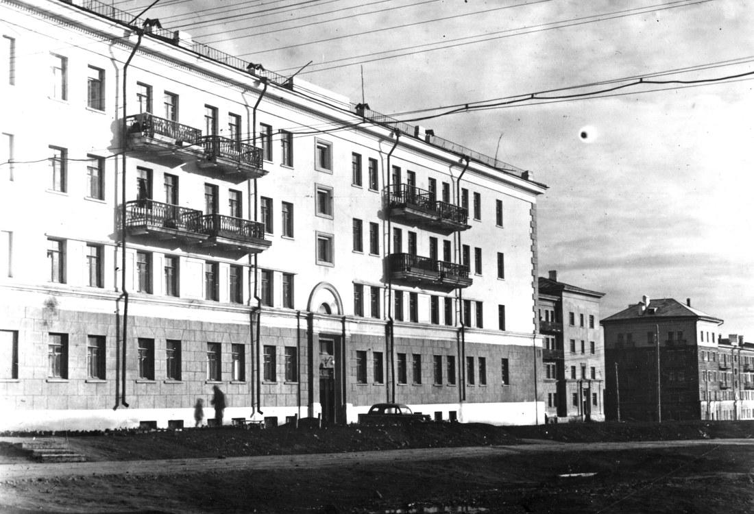 63-х квартирный дом (слева) со стороны улицы Симферопольской.