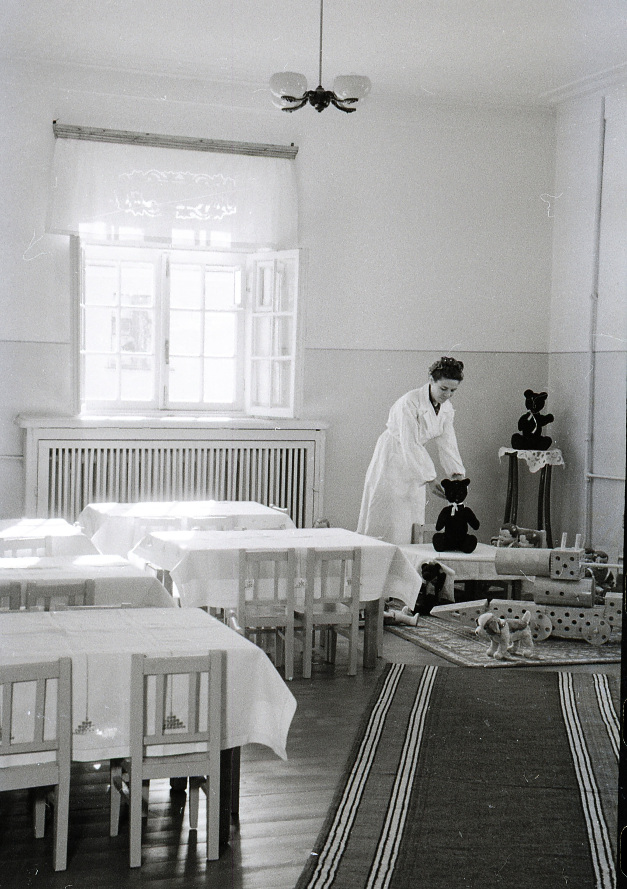 Детский сад № 66. Воспитательница П.П. Зарекаева готовится к приему детей. 16.02.1952.-min