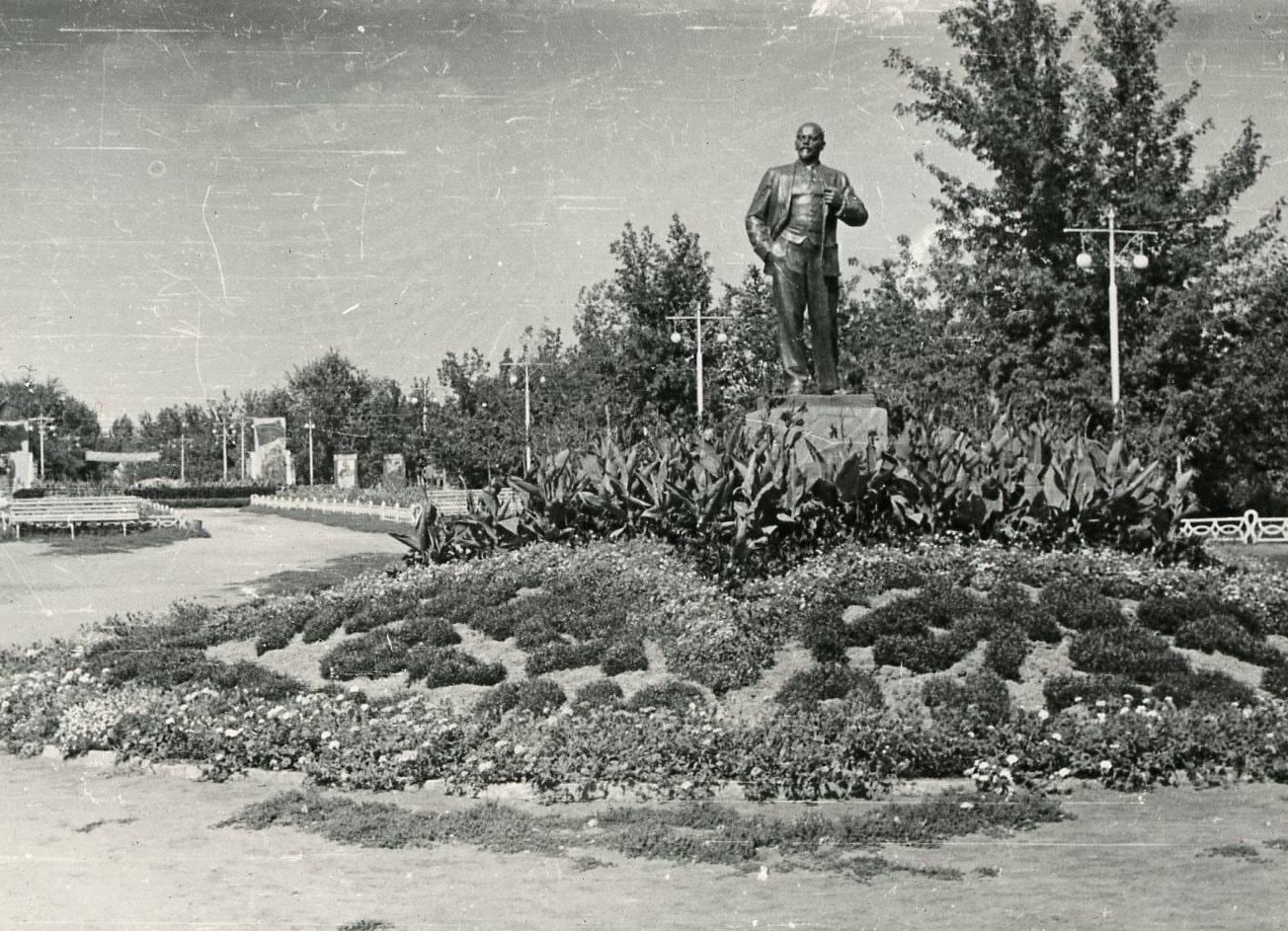 Памятник Ленину в сквере Родина