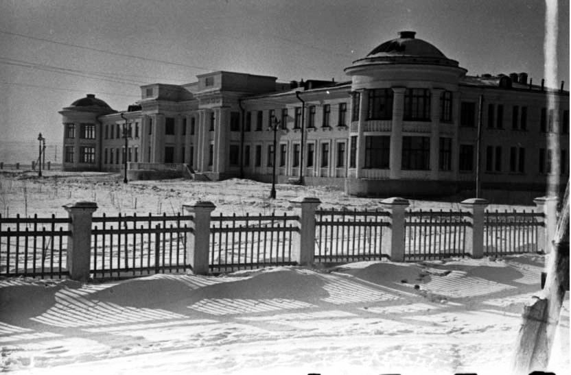 26. Один из корпусов новой больницы Кировского района. 1954 г.