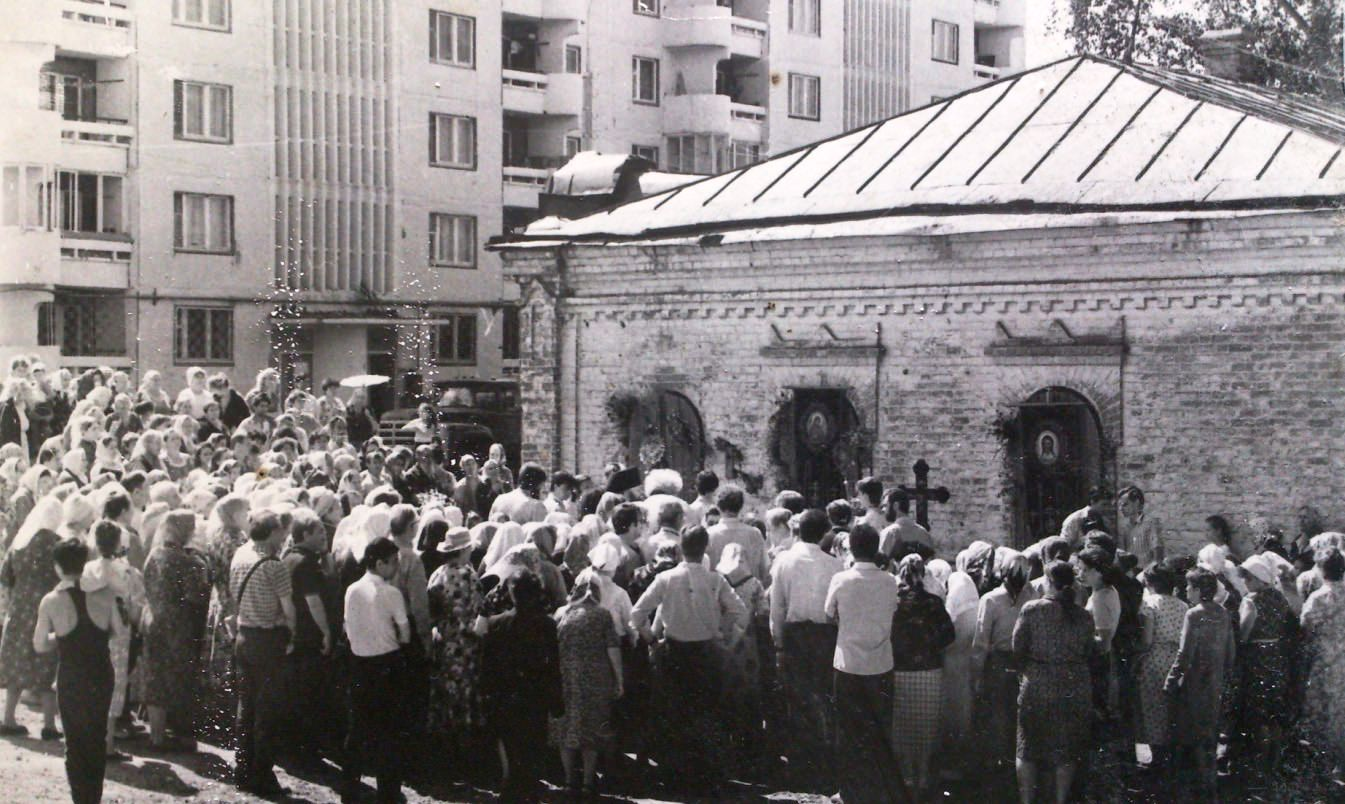 Первый молебен у храма Иоанна Предтечи