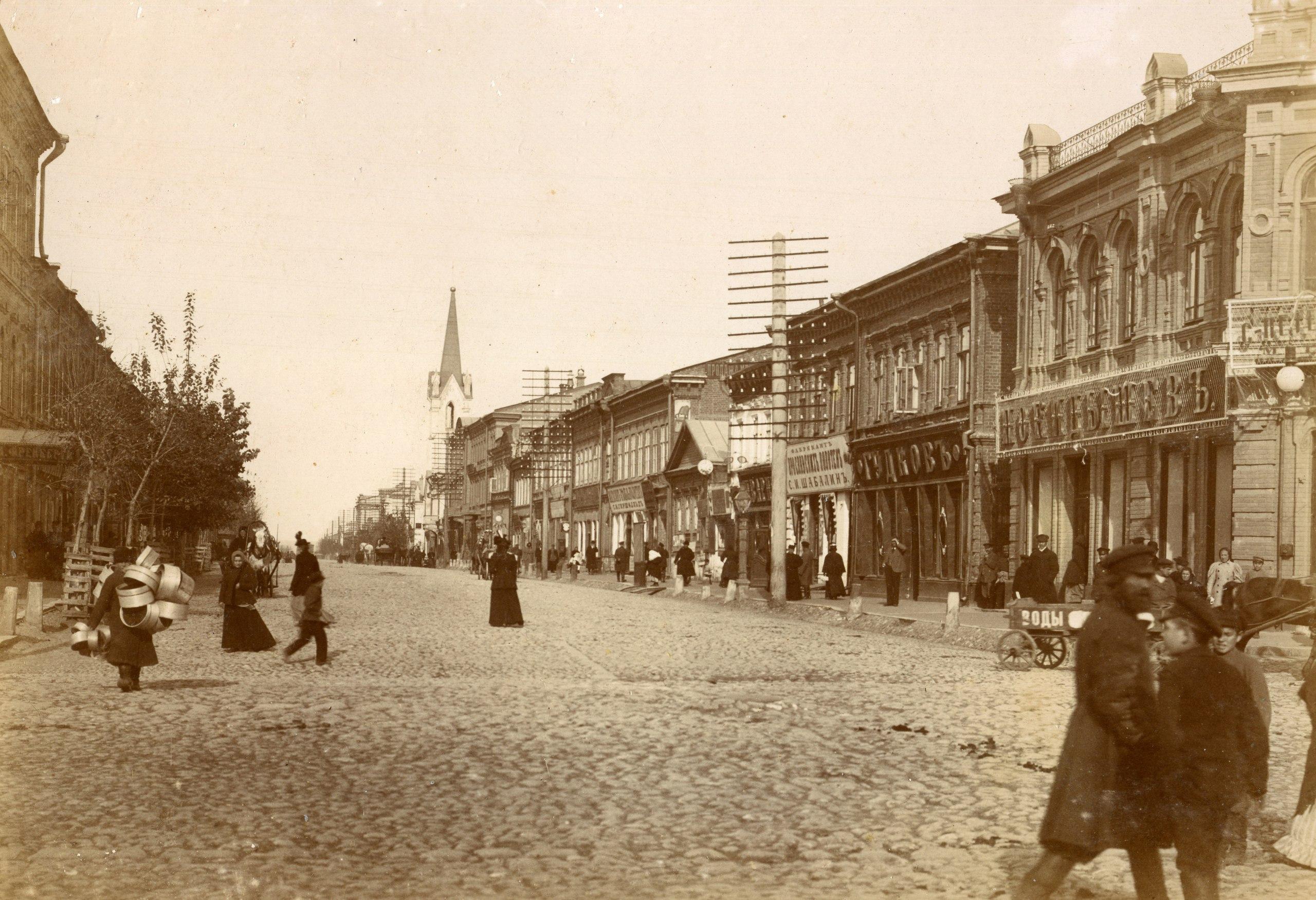 Вид на нечетную сторону улицы Дворянской (Куйбышева), от Панской (Ленинградской) в сторону Предтеченской (Некрасовской). Фото 1890-х годов.