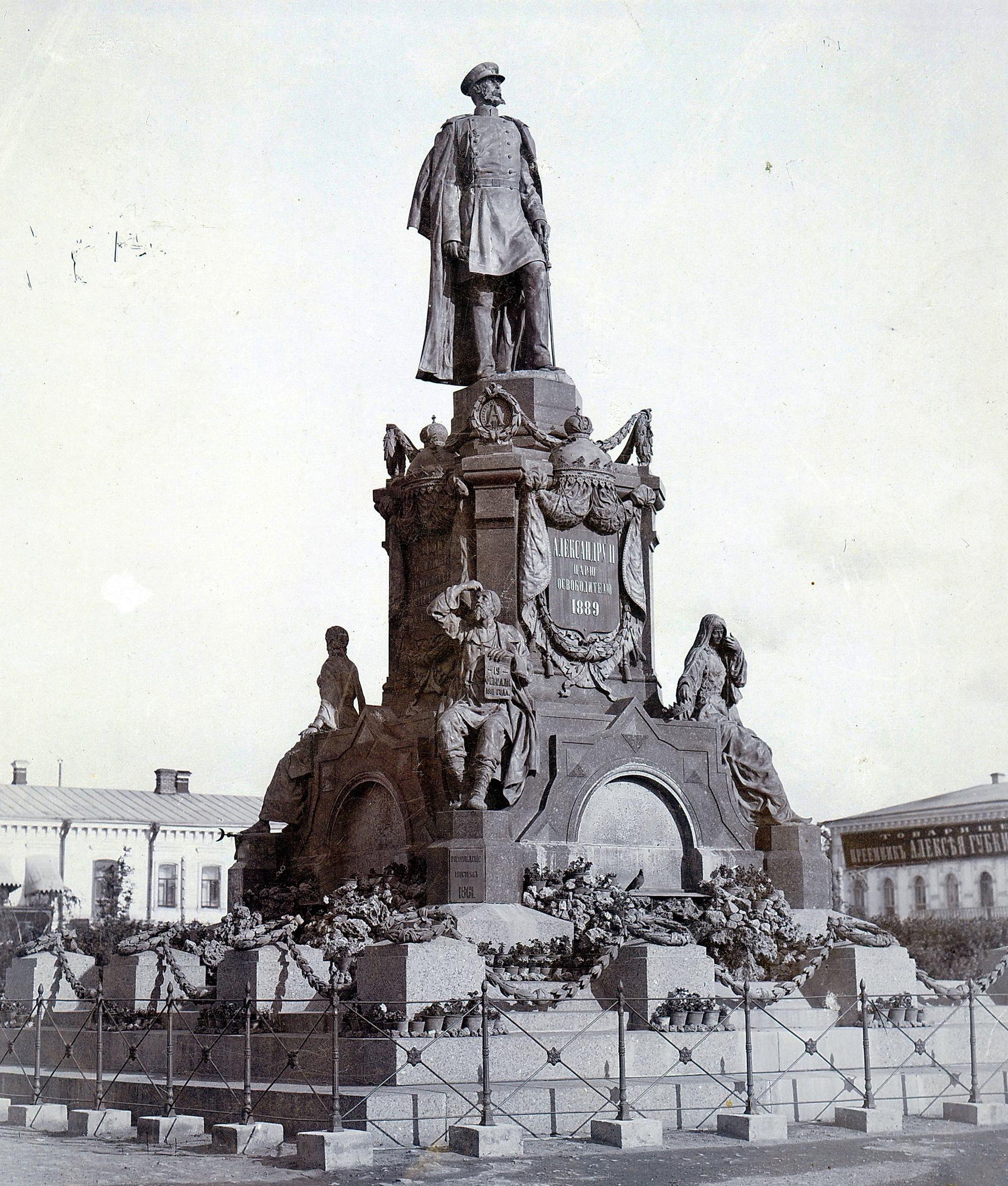 Памятник Александру II вид на левый угол