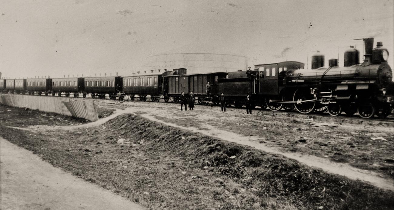 Первый паровоз прибывший на станцию батраки