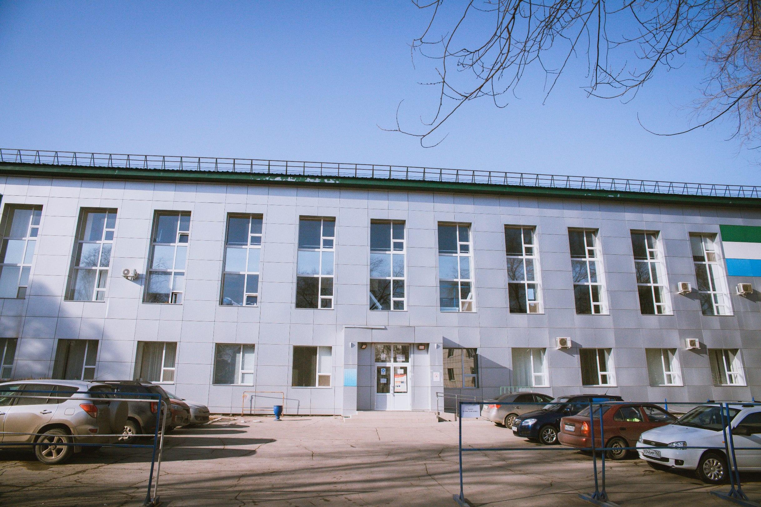 Красный корпус стадиона Металлург