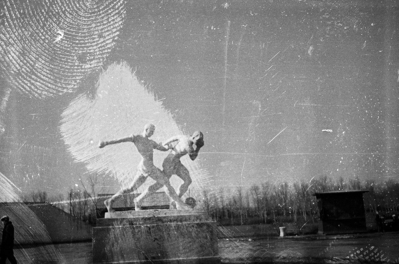 Скульптура футболистов у стадиона Металлург