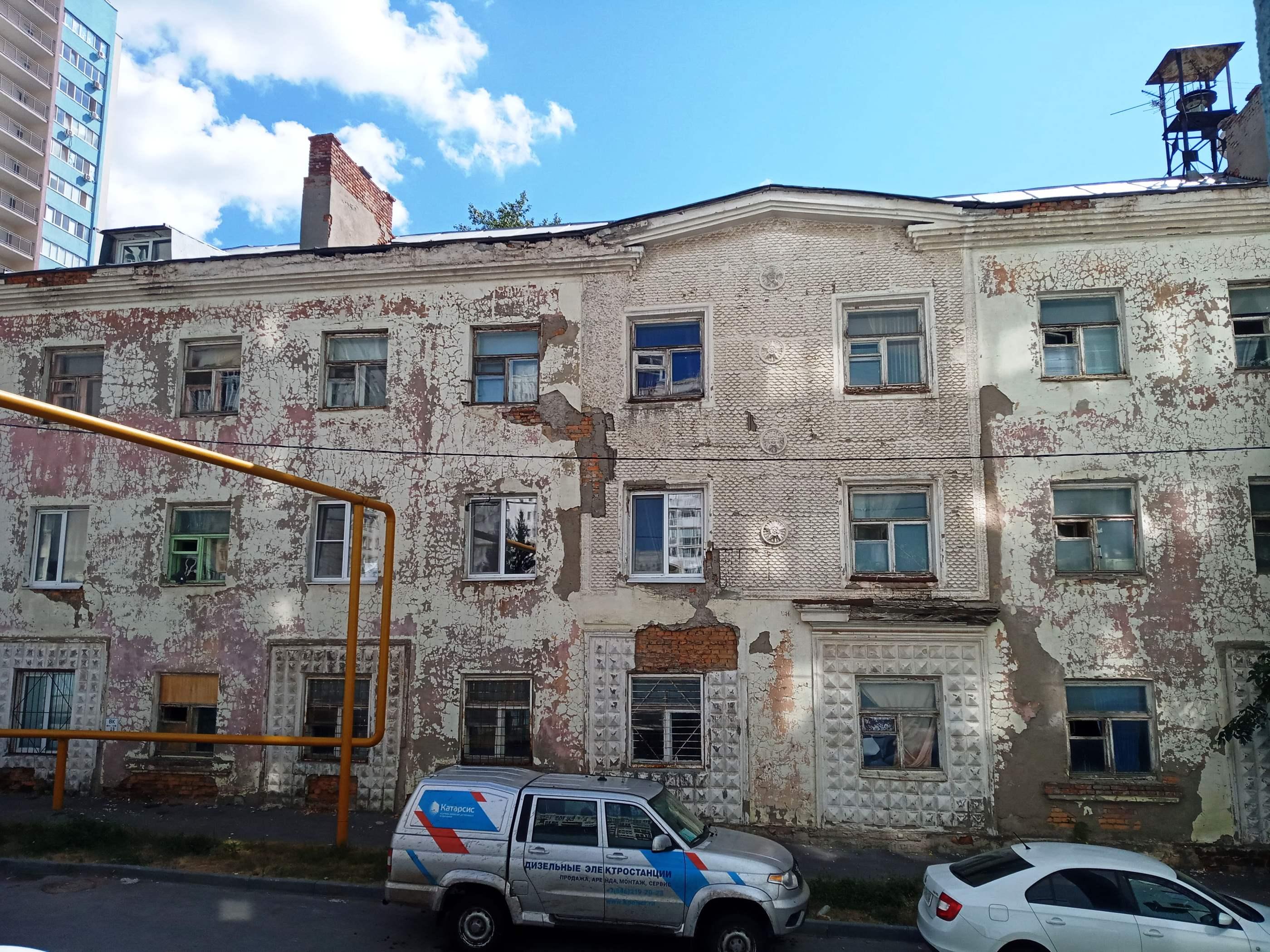Загадочная трехэтажка