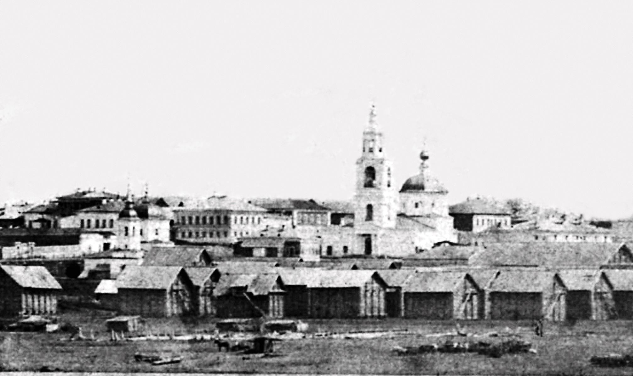 Вид на старую Хлебную площадь с Волги. В центре -- Казанский собор. На первом плане видны ряды хлебных амбаров. Фото примерно 1870-х годов.