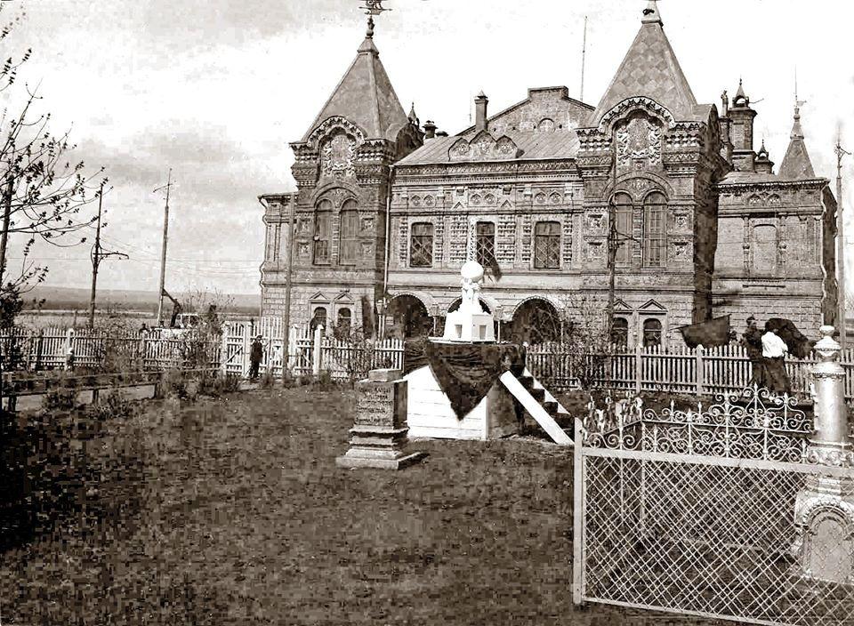 Памятник Интернационалу и могила