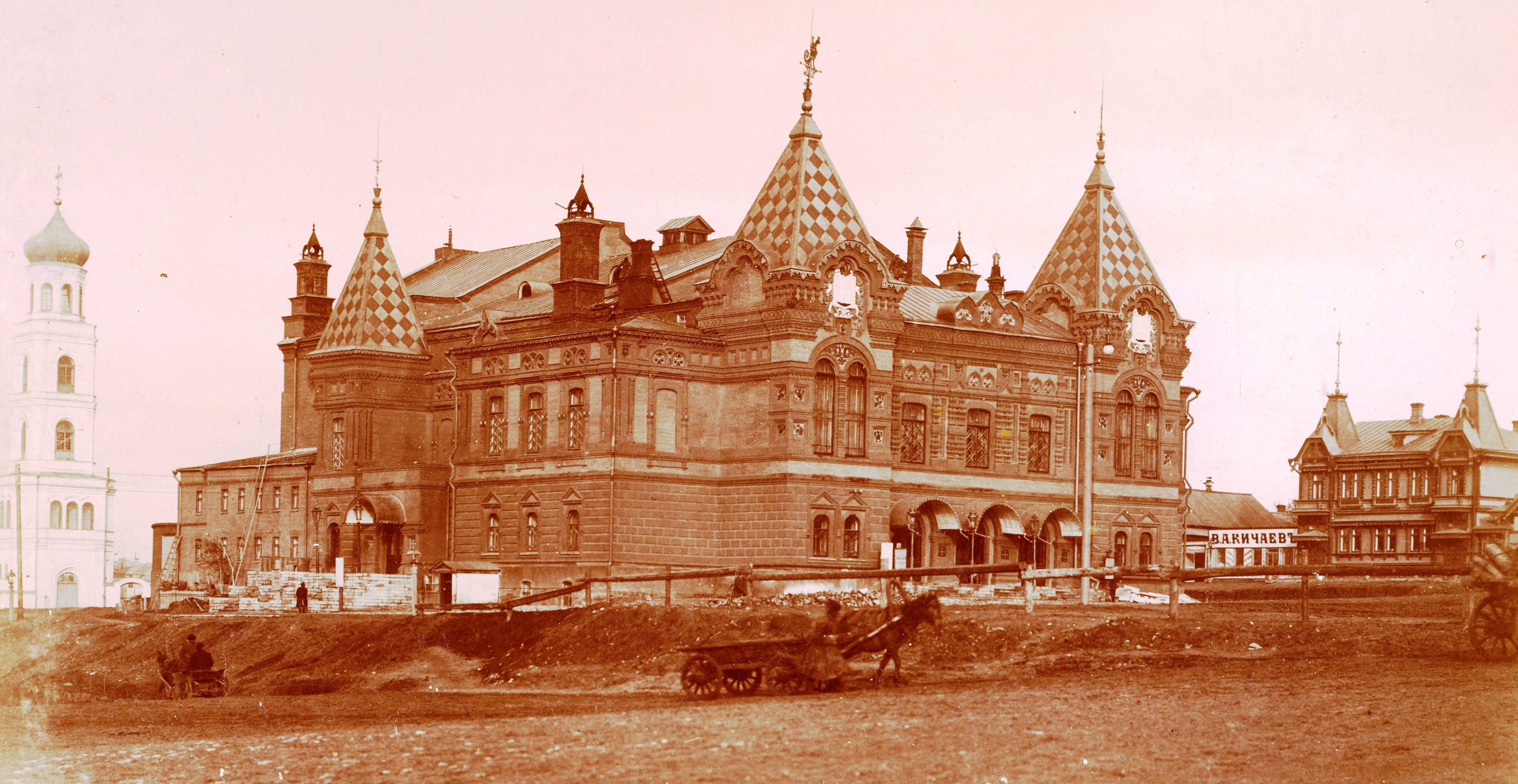 Театр слева от струковского сада